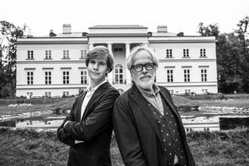 František Kinský a Matyáš Novák před budouvou Nového zámku (Foto: Lenka Hatašová)