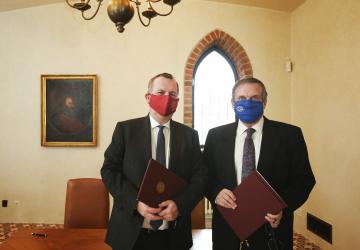 ČTK a Univerzita Karlova uzavřely memorandum o spolupráci a podpoře. Dokument dnes podepsali generální ředitel ČTK Jiří Majstr (vpravo) a rektor UK Tomáš Zima.