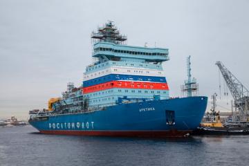 Dokončování ledoborce Arktika v loděnicích Baltického závodu