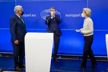 Europoslanci schválili nástroj, který má zemím EU pomoci zotavit se z koronaviru, takzvanou facilitu na podporu oživení a odolnosti. Na snímku portugalský premiér Antonio Costa, předseda EP David Sassoli a předsedkyně Evropské komise Ursula von der Leyenová.