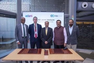 Zleva: Jeyakumar Janakaraj, CEO, AdaniConneX; Edmund Wilson, COO & Co-Founder, EdgeConneX; Anil Sardana, MD & CEO, ATL, MD - Thermal Power; Gautam Adani, Chairman, Adani Group; Sudipta Bhattacharya, CEO, Adani Group North America, a CTO, Adani Group