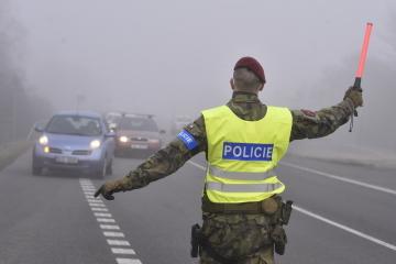 Policisté a vojáci kontrolovali 2. března 2021 v obci Zvonějov na silnici I/38 mezi Jihlavou a Havlíčkovým Brodem dodržování nových protiepidemických opatření omezujících volný pohyb mezi okresy.