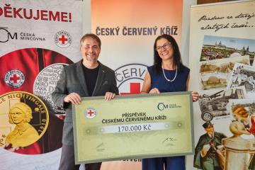 Lenka Klimentová z České mincovny předává šek prezidentu ČČK Marku Juklovi