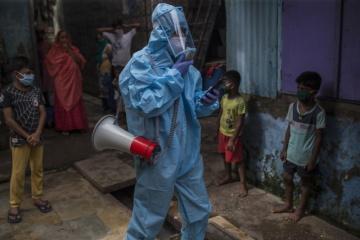 Osvětový pracovník UNICEF šíří informace o prevenci COVID-19 v komunitách žijících ve slumech ve městě Mumbai v Indii. © UNICEF/Singh