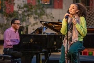 Legendární jazzový pianista Herbie Hancock a renomovaná vokalistka Andra Day na koncertu All-Star Global Concert, který uzavřel Mezinárodní den jazzu 2021.