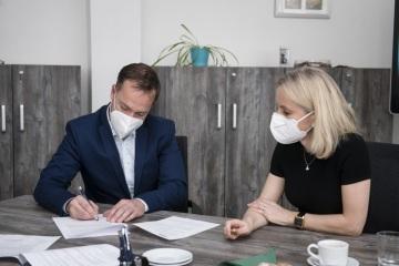 Tomáš Hampl, jednatel společnosti Česká pošta Security, a Andrea Gontkovičová, generální ředitelka Philip Morris ČR