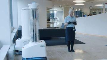 Roboti UVD pomáhají zajistit úklid a dezinfekci prvotřídní kvality. Na rozdíl od mnoha stacionárních dezinfekčních systémů je UVD mobilní, plně autonomní robot s integrovaným UV-C světlem, který zabíjí všechny známé druhy bakterií a virů včetně Covid-19 nejen na povrchu, ale i ve vzduchu, a nabízí tak komplexní řešení pro kontrolu a prevenci infekcí. Roboti UVD umožňují zařízením snížit přenos nemocí tím, že odstraní 99,99 % bakterií a virů z jakékoli místnosti. The robots have been rolled out to more than 70 countries worldwide. (Foto: Business Wire)