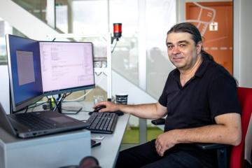 Petr Krist vyvíjí ve společnosti Siemens Advanta komunikační firmware pro programovatelné logické automaty, které spadají do kategorie specializovaných počítačových systémů, tzv. embedded systémů.