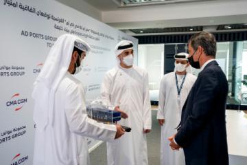 Šejk Khaled bin Mohamed bin Zayed Al Nahyan, člen Výkonné rady Abú Dhabí a předseda výkonného úřadu Abú Dhabí, se setkává s představiteli společností AD Ports Group a CMA CGM Group, aby byl svědkem podpisu koncesní smlouvy mezi nimi. (Foto: AETOSWire)